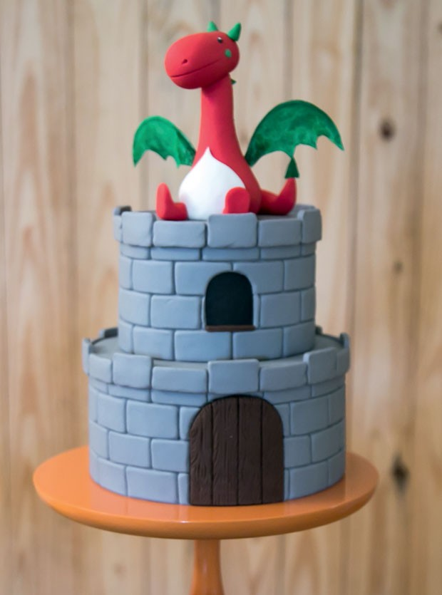 Bolo — Feito de massa branca com recheio de morango e coberto com pasta americana, imita a torre do castelo e tem o dragão no topo. (Foto: Thais Galardi/GNT)