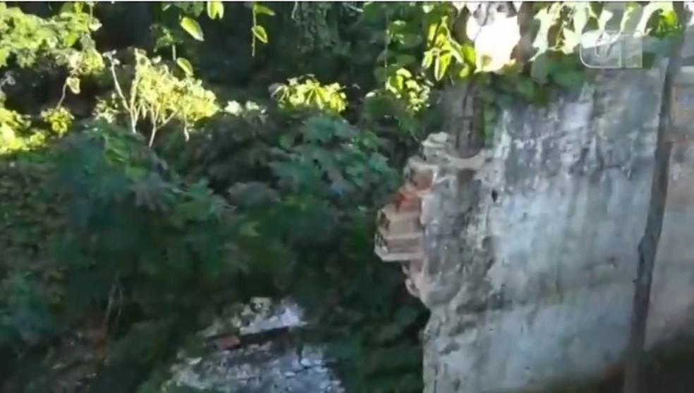 Muro da Casa de Custódia caiu e foi coberto com tapumes (Foto: Reprodução)