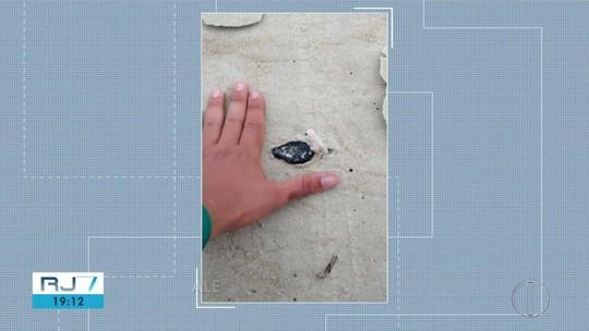 Fragmentos de óleo são encontrados em praias de Cabo Frio, no RJ