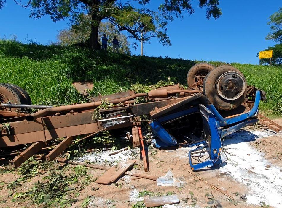Três ficam feridos após caminhão desgovernado bater em carro na PR-483