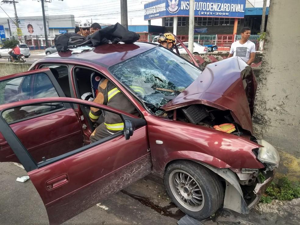 Parte dianteira do carro ficou destruída após acidente (Foto: Divulgação/Corpo de Bombeiros)