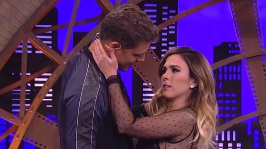 Tatá Werneck e Cauã Reymond encenam beijo na estreia de 'Lady Night' e 'quebram' web