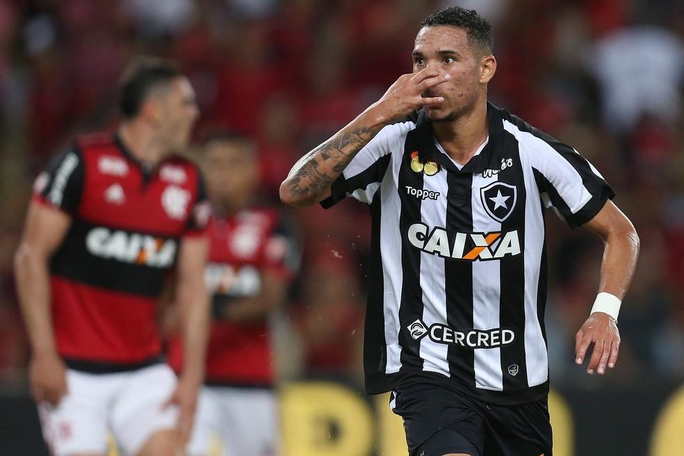 Luiz Fernando faz gesto do cheirinho em gol que eliminou o rival do Carioca — Foto: Vitor Silva/SS Press/BFR
