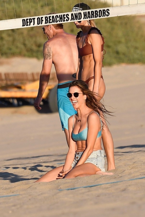 Santa Monica, CA - *EXCLUSIVE* - Sunday Funday! Brazilian model, Alessandra Ambrosio spends her Sunday enjoying the fresh breeze and getting active with her family and friends playing a game of volleyball at Santa Monica Beach. Pictured: Alessandra Am (Foto: Boaz / BACKGRID)