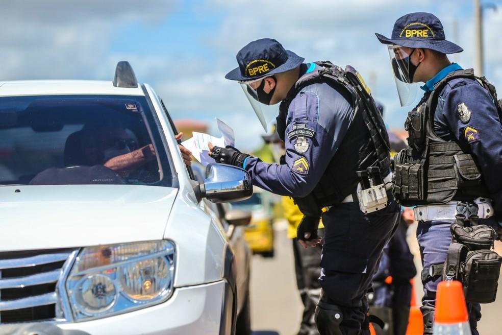 Agentes de segurança fazem barreiras de fiscalização nos limites de Fortaleza durante o carnaval — Foto: Helene Santos/SVM