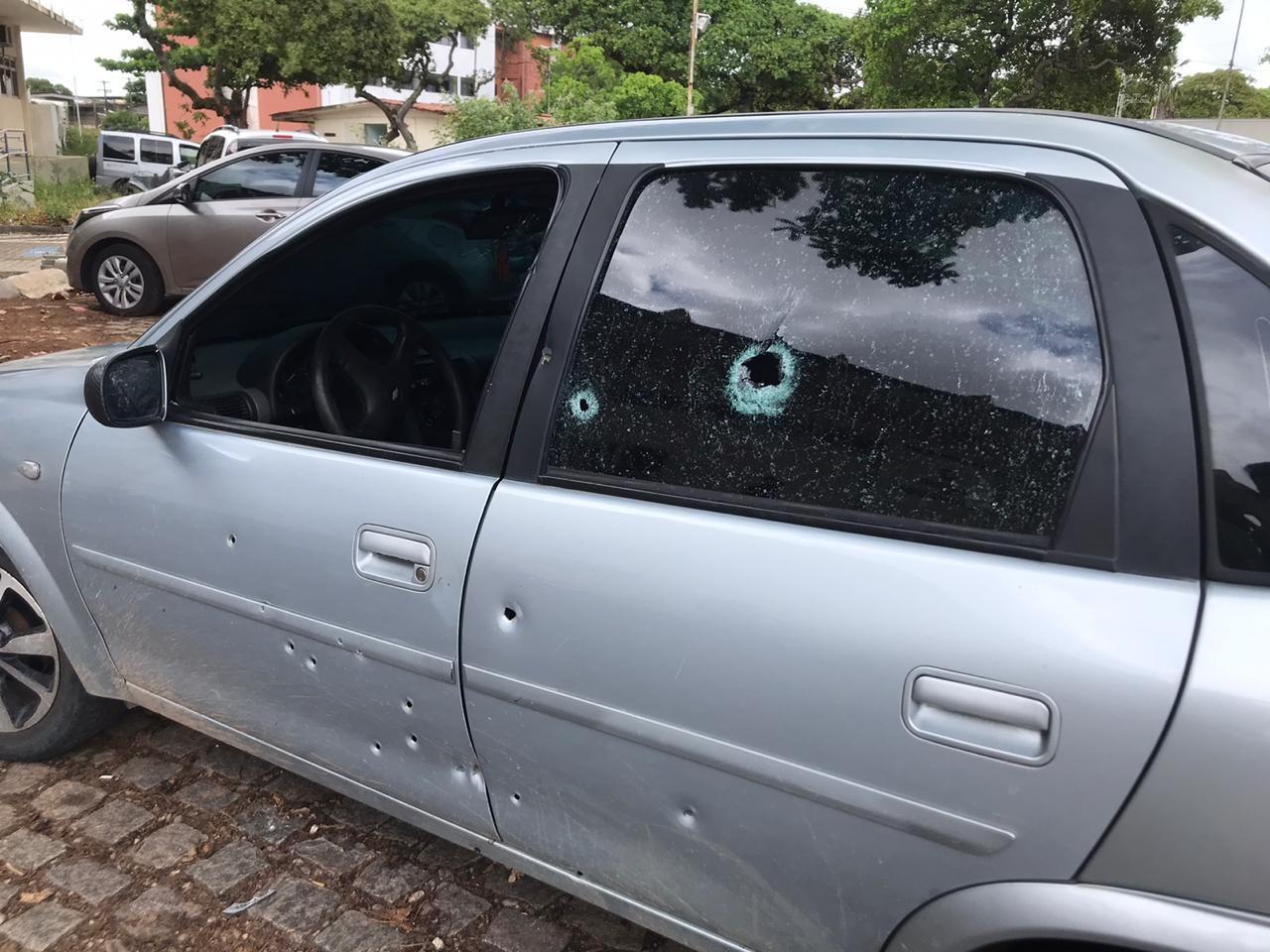 Carro é atingido por mais de 10 tiros na Zona Leste de Natal; motorista e passageiro não se ferem