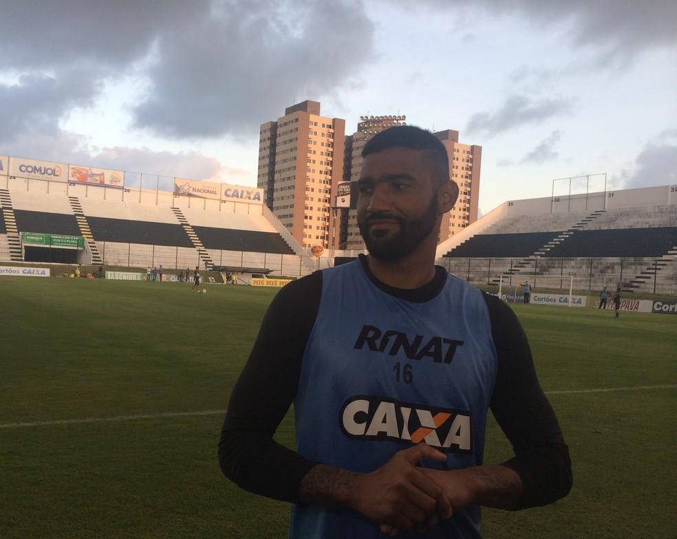 Goleiro vê jogo decisivo contra Luverdense (Foto: Leonardo Erys/GloboEsporte.com)