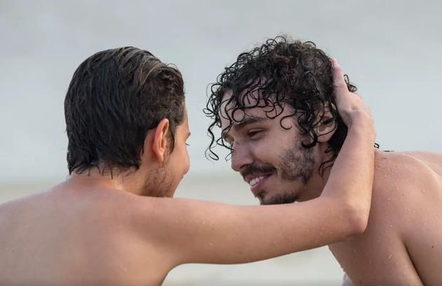 Depois, ele reencontrará Cláudio (Gabriel Stauffer). Os dois conversarão na areia e se beijarão (Foto: Isabella Pinheiro/TV Globo)