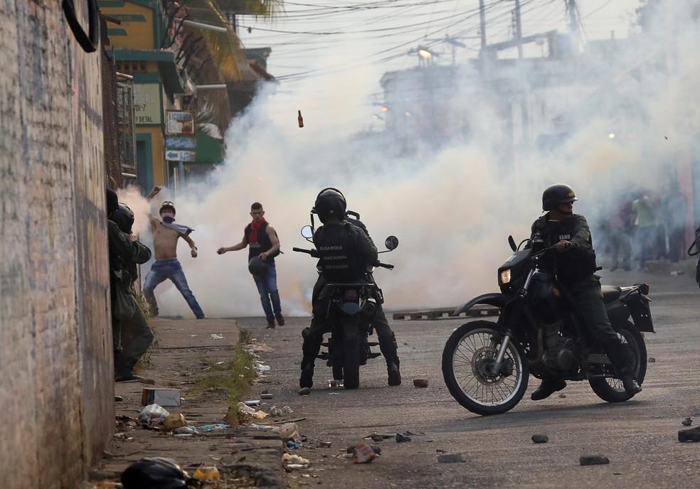 Manifestantes na Venezuela protestam contra forças de segurança em Ureña, na fronteira com a Colômbia, neste sábado (23). — Foto: REUTERS/Andres Martinez Casares