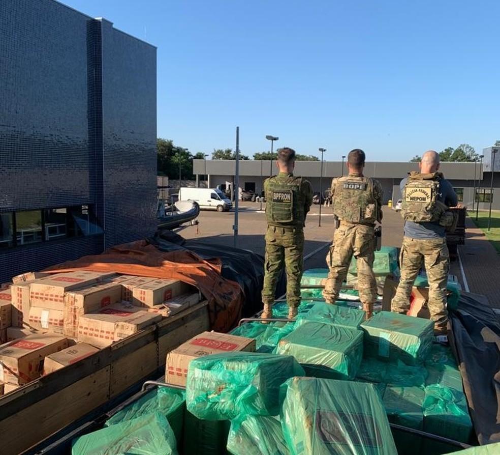 Forças de segurança apreenderam veículos e 1,5 mil caixas de cigarros contrabandeados, em Guaíra — Foto: PM/Divulgação