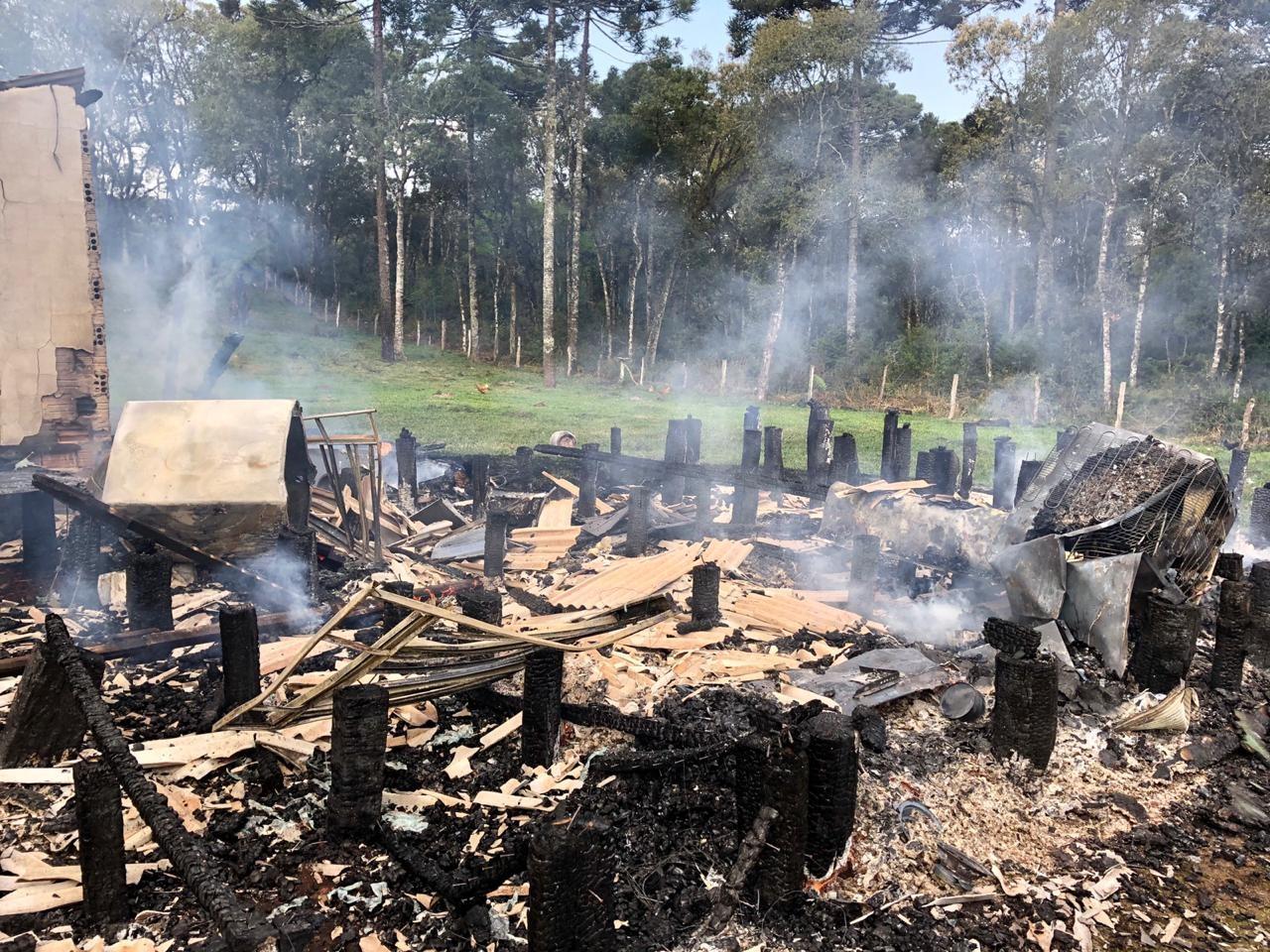 Casa de madeira pega fogo com cinco pessoas dentro em distrito de Guarapuava, diz Corpo de Bombeiros
