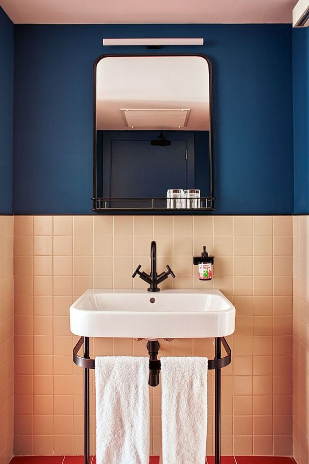Décor do dia: banheiro retro com parede bicolor (Foto:  Nacho Alegre e  Metrixell Arjalaguerand)