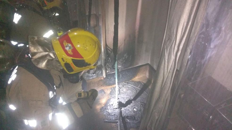 Bombeiro analisa provador onde incêndio começou em loja de roupas de shopping do DF (Foto: Corpo de Bombeiro/Divulgação)