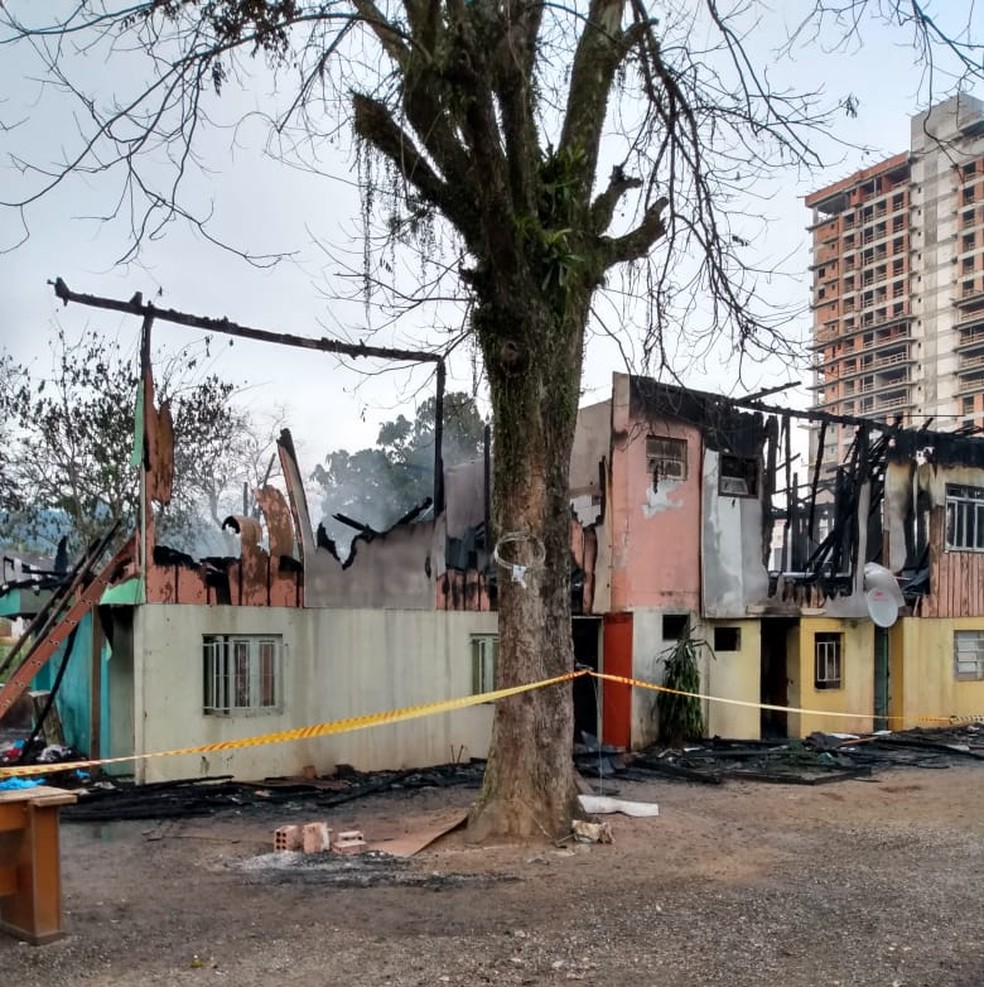 Incêndio destruiu casa e matou duas pessoas em Blumenau  — Foto: Corpo de Bombeiros/Divulgação