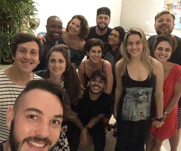 """Fernanda Gentil posa cercada de famosos e brinca: """"Adeus amigas de infância"""" (Foto: Reprodução/Instagram)"""