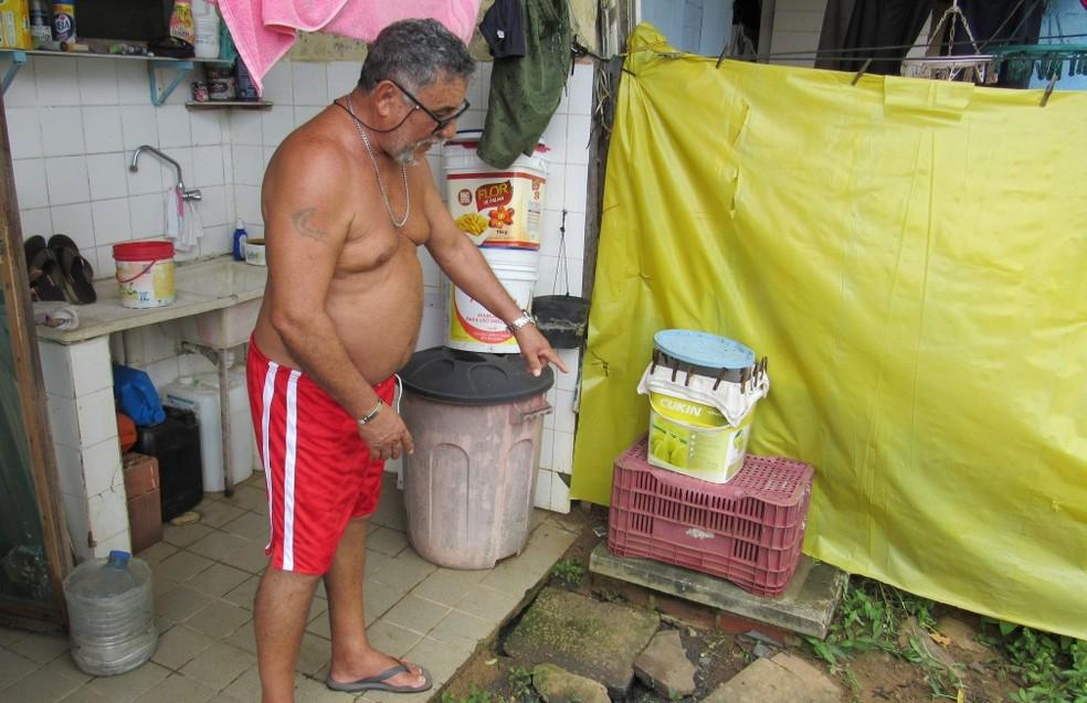 O radialista Ramos Pereira mostra por onde o esgoto estourou  — Foto: Ana Clara Marinho/TV Globo