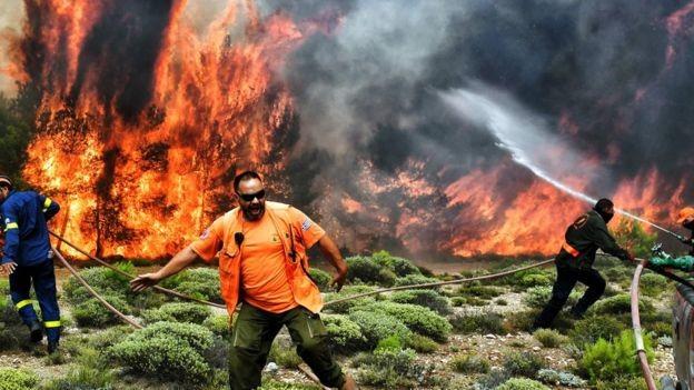 Autoridades trabalham contra o tempo para apagar o fogo na Grécia (Foto: Reuters via BBC)