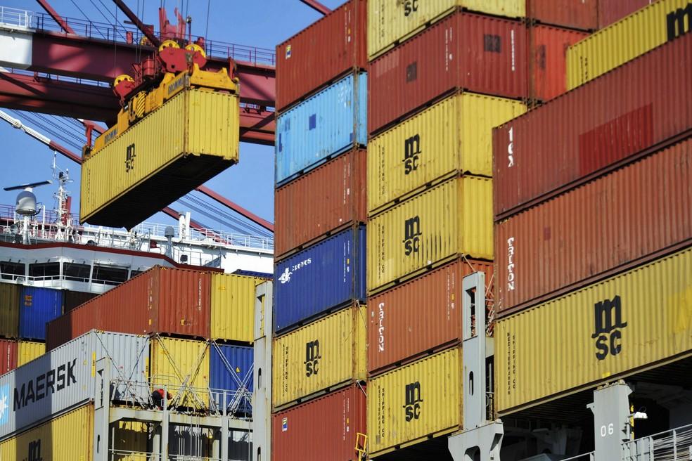 Conteineres com carga para exportação no porto de Qingdao, na China. (Foto: Chinatopix/AP)