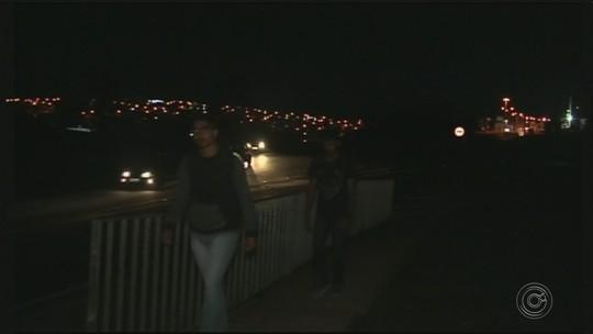 Falta de iluminação em trevo que dá acesso a faculdade causa medo e insegurança aos alunos em Itapeva