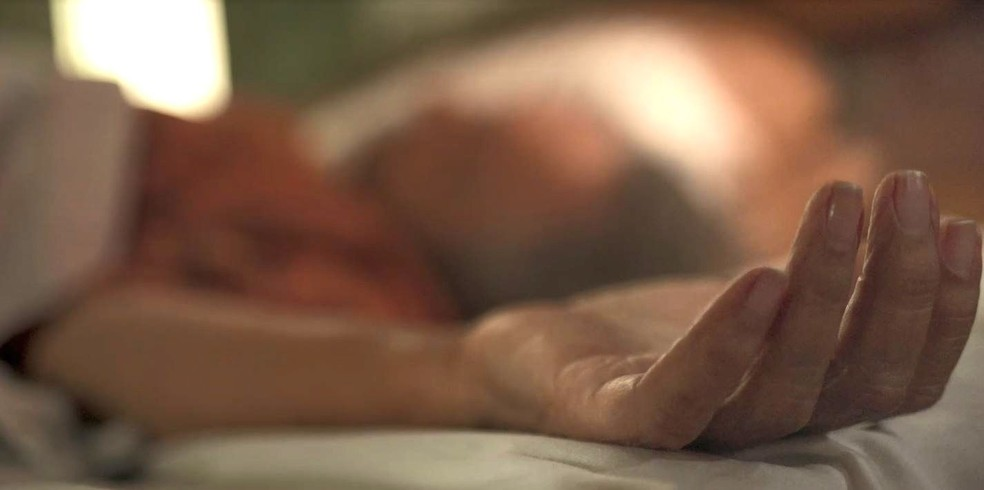 Mãe de Lurdes (Regina Casé) morre em 'Amor de Mãe' — Foto: Globo