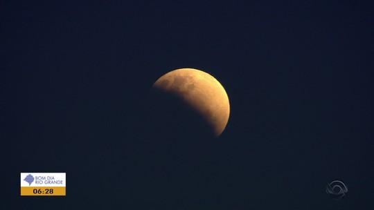 Imagens da RBS TV mostram como foi eclipse parcial da lua no estado
