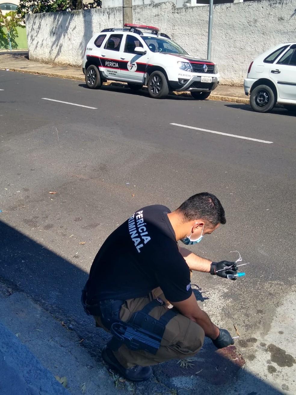 Perícia esteve no local da agressão ao jovem de 24 anos em Garça (SP). Crime é investigado. — Foto: Polícia Civil/ Divulgação