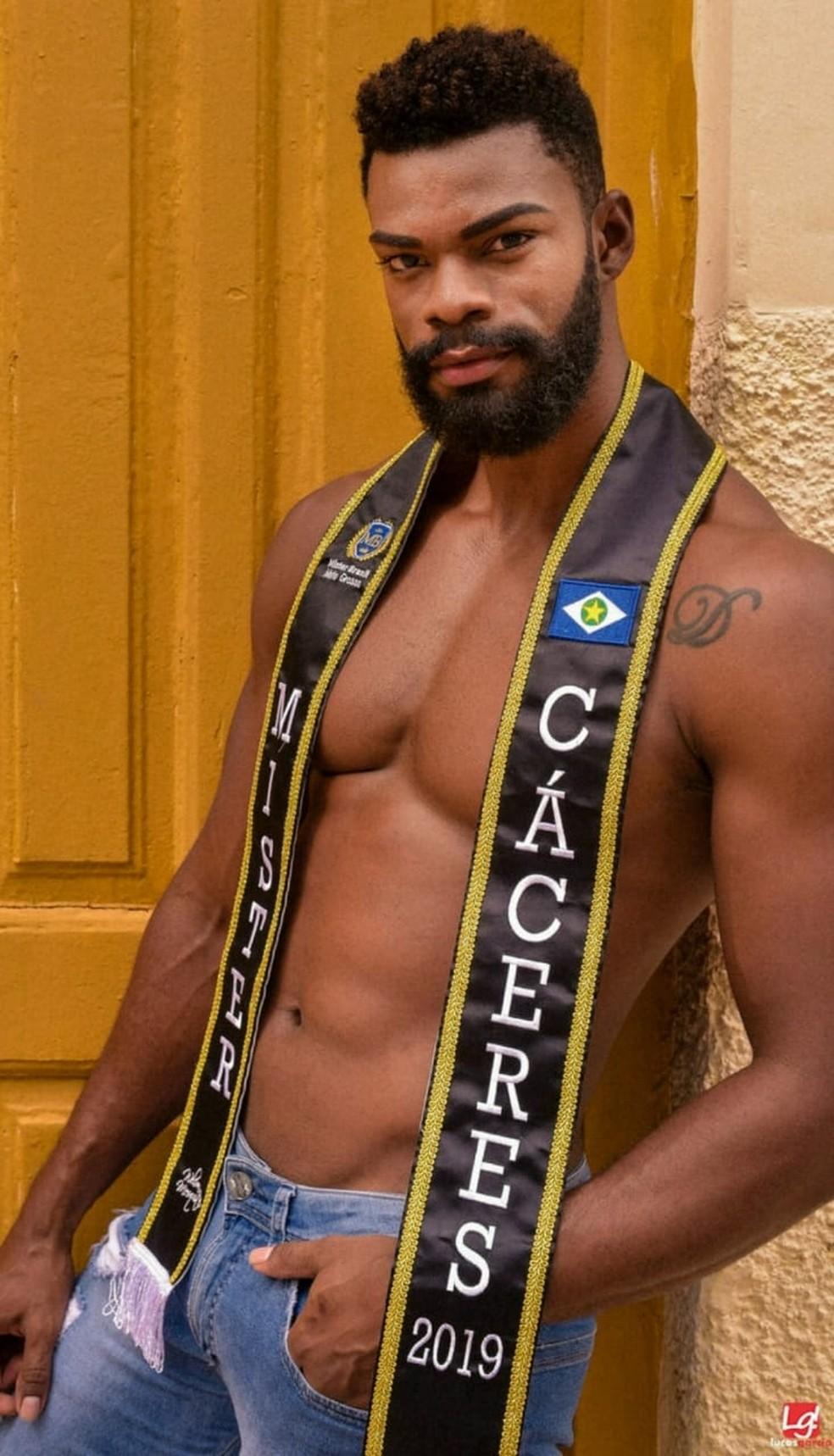 Denner Guilherme, 27 anos, cabeleireiro e técnico florestal, representa Cáceres — Foto: Lucas Garcia/ Divulgação