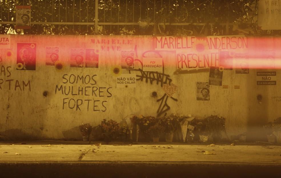 Muro em frente ao local onde Marielle morreu, sob as lanternas dos carros que passam na via (Foto: Marcos Serra Lima/G1)