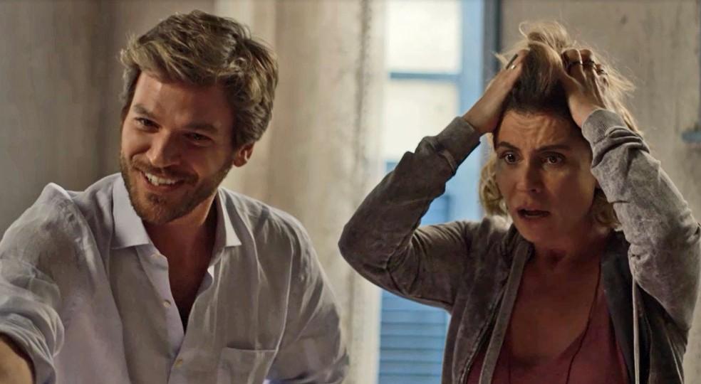 Luzia quer saber o que Karola e Laureta fizeram com o seu filho — Foto: TV Globo