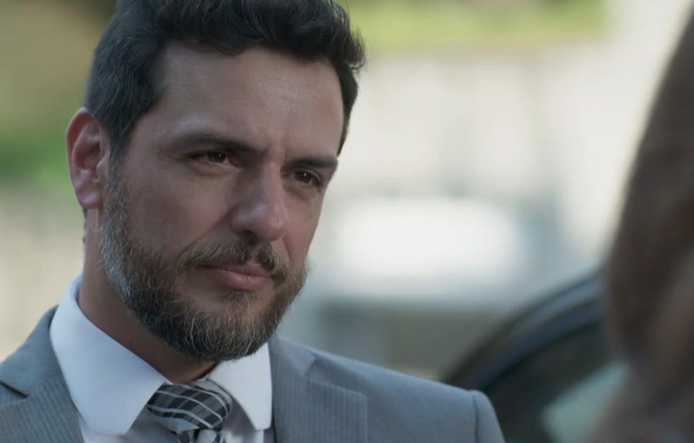 Em 'A Força do Querer', Caio (Rodrigo Lombardi) não revela à polícia tudo o que sabe sobre Bibi (Juliana Paes) — Foto: Globo