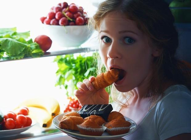 Uma dica, é deixar opções de lanches já separadas caso a fome chegue de forma inesperada durante a noite (Foto: Archana's Kitchen/ Reprodução)