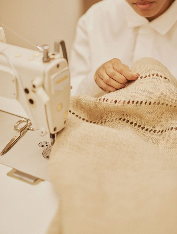 Costureiras bordando fragmentos de ossos na juta.  (Foto: Hick Duarte)