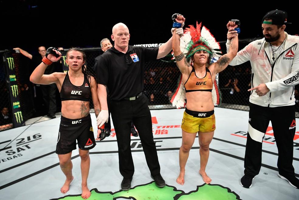 Jéssica Bate-Estaca, vestindo o cocar, é anunciada vencedora contra Cláudia Gadelha no UFC Japão (Foto: Getty Images)