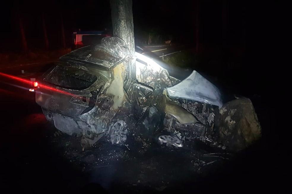 Após a colisão, veículo pegou fogo — Foto: Divulgação/PRF