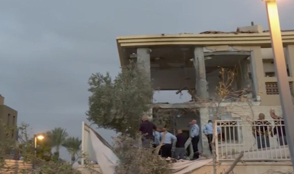 Imagem retirada de vídeo, polícia inspeciona estragos em casa do sul de Israel que foi atingida por foguete disparado da Faixa de Gaza nesta quarta-feira (17) — Foto: KAN via AP