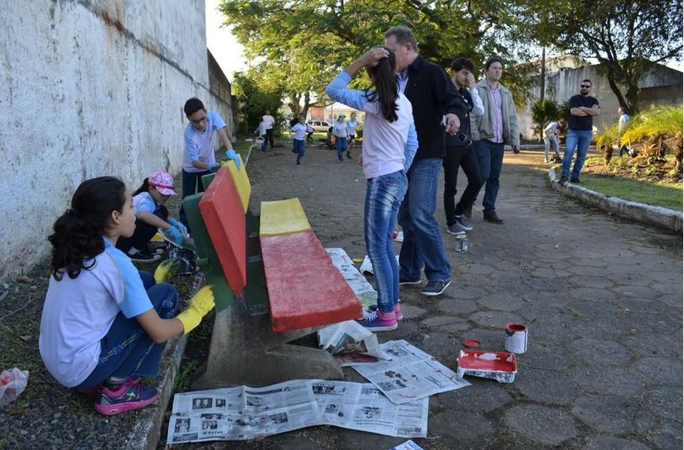Colegas de Alan trabalharam na revitalização da praça (Foto: Isabelle Zabot/Divulgação)