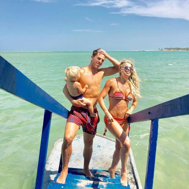 Amaury Nunes e Karina Bacchi com Enrico (Foto: Reprodução Instagram)