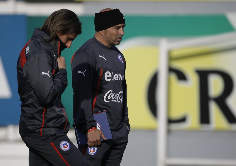 Jorge Sampaoli e Sebastian Beccacece na seleção chilena — Foto: AP Photo/Jorge Saenz