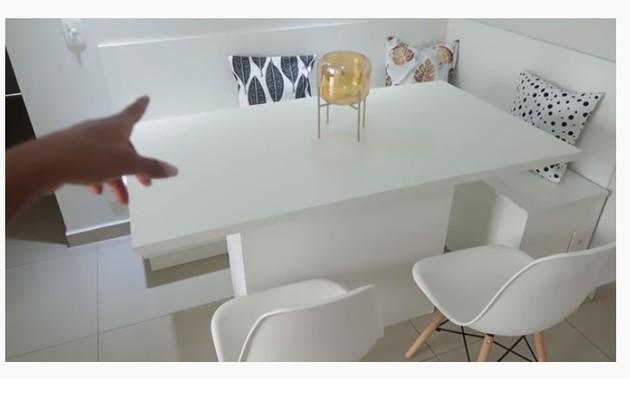 Sala de jantar de Camilla de Lucas com móveis claros (Foto: Reprodução)
