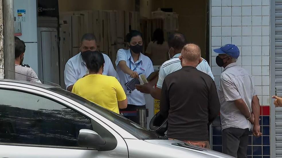 Lojas atendem clientes na porta durante fase vermelha do Plano SP em Franca (SP) — Foto: Reprodução/EPTV