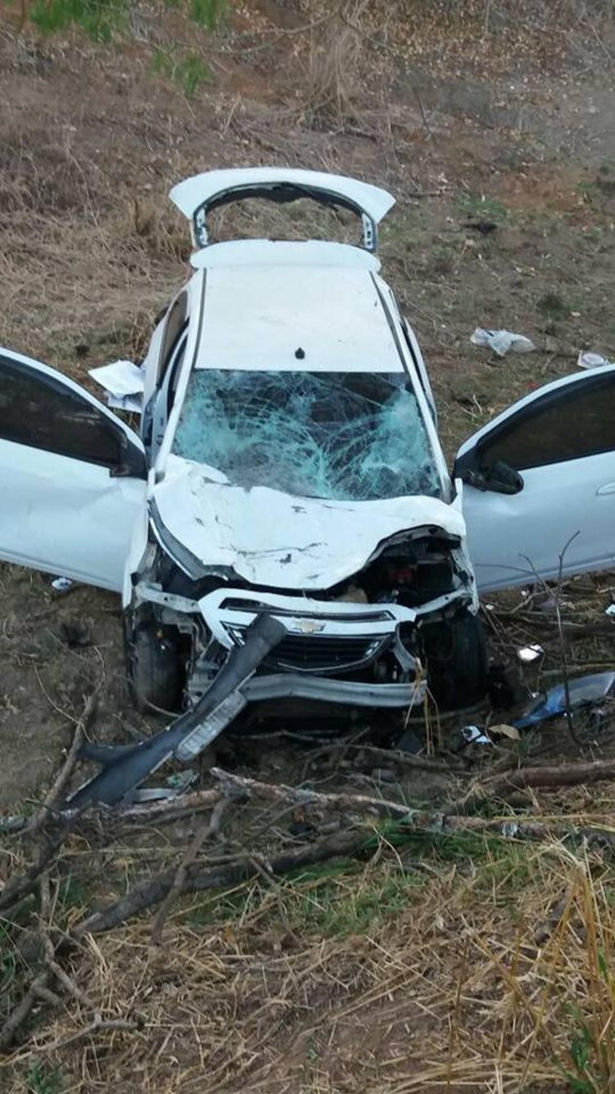 Vereador de Italva, RJ, atropela vaca e carro cai em terreno às margens da BR-356