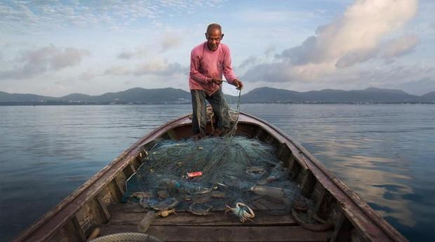 Pescadores retiram as garrafas do oceano (Foto: Reprodução/instagram/ecoalf)