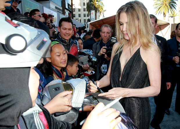 Michelle Pfeiffer atende fãs (Foto: Getty Images)