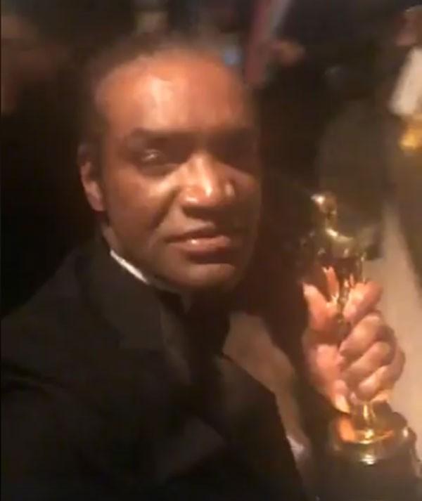Homem acusado de roubar Oscar de Frances McDormand exibe a estatueta em vídeo publicado no Facebook (Foto: Reprodução/Facebook)