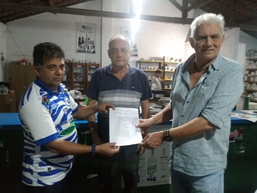 Batista Filho (à direita) homologa incrição de chapa que encabeça nas eleições para presidente do Parnahyba (Foto: Arquivo Pessoal)
