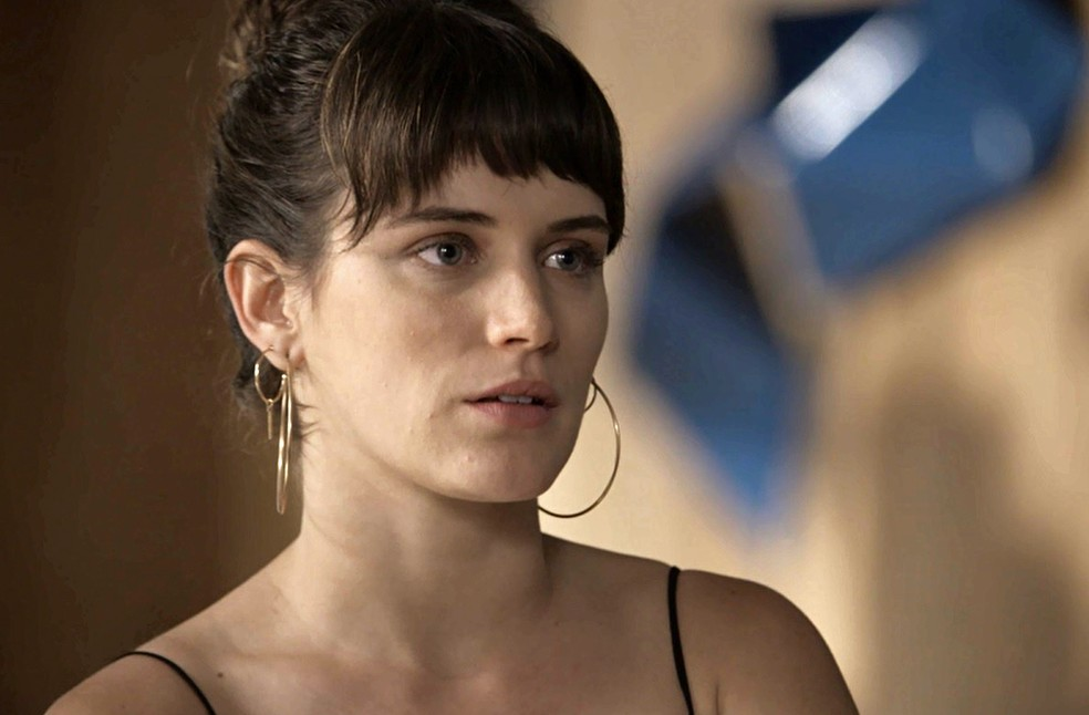 Clara escuta Gael se redimir (Foto: TV Globo)