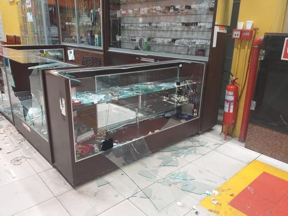Quiosque de bijuterias atacado por assaltantes em Teresina — Foto: Polícia Militar