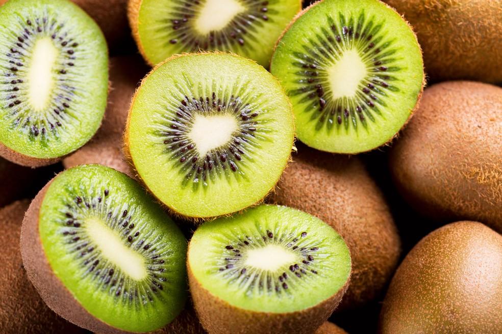 O kiwi possui pectina que ajuda no bom funcionamento do intestino. — Foto: Shutterstock