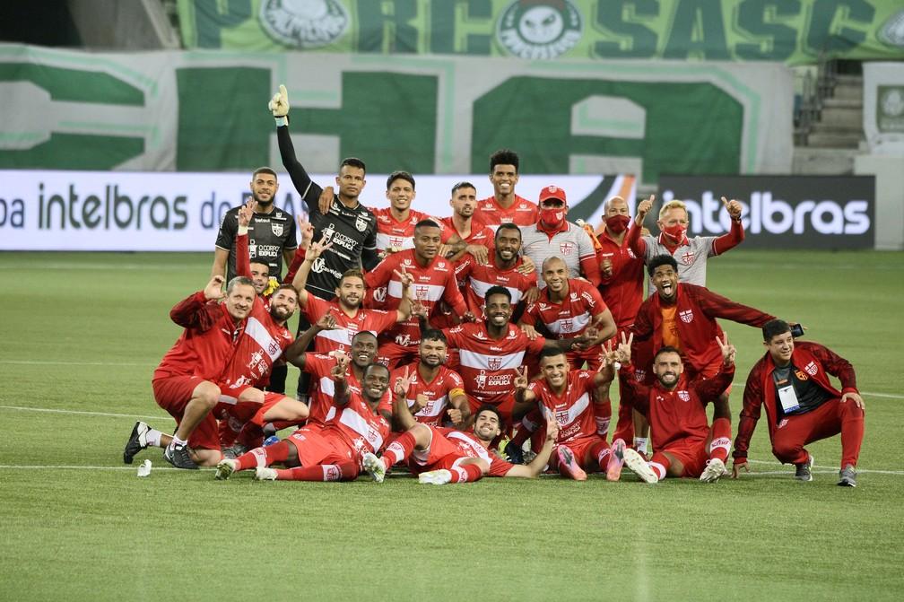 Os 18 jogadores relacionados pelo CRB comemoram a classificação no Allianz Parque, em São Paulo — Foto: Marcos Ribolli