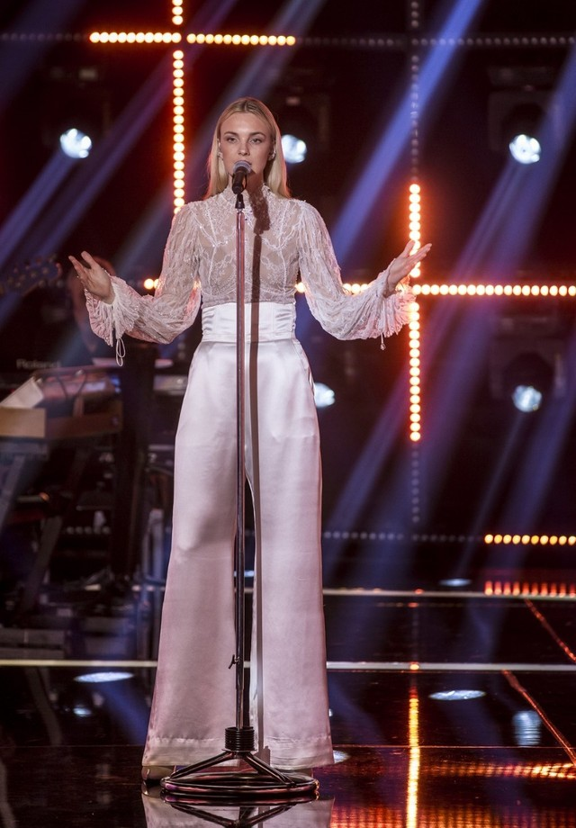 Caroline Trentini veste Le Lis Blanc por Helô Rocha em Popstar (Foto: Divulgação)